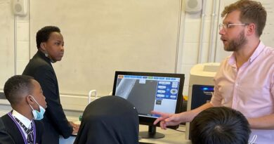 South Bank students become first in the country to look through an electron microscope